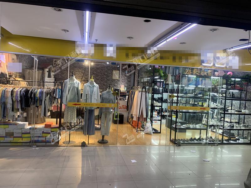 高校学生消费集中区40㎡服装鞋包店转让(可空转)
