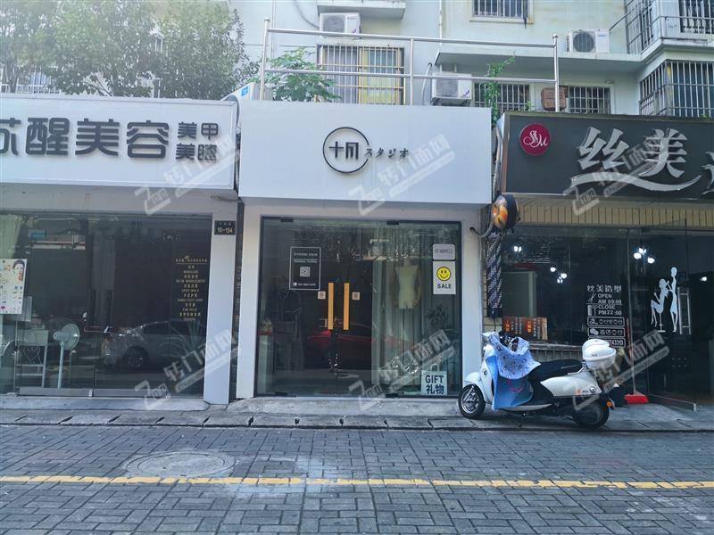 万盛购物中心/后街公务员小区临街服装店转让,可空转